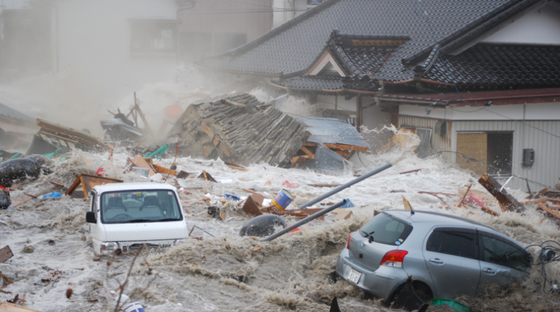 Vor drei Jahren verwüstete ein Tsunami, der nach einem Erdbeben entstanden war, die Küstenregion im Südosten Japans. Die Fotoausstellung, die am 11. März 2014 in Duisburg eröffnet wird, zeigt 116 Bilder von Profifotografen und Amateuren