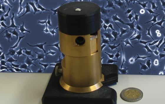 Nicht größer als eine Getränkedose: Das miniaturisierte Inkubator-Mikroskop ist eine platzsparende und kostengünstige Lösung, um Zeitraffersequenzen von Zellen in Kultur zu erfassen.