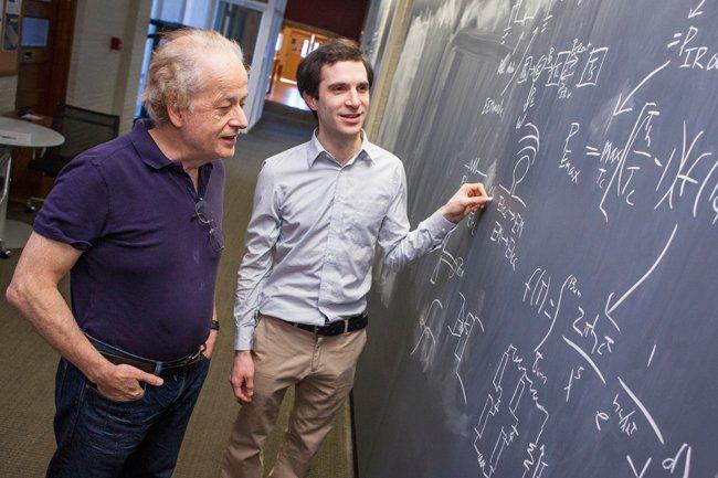 Die Harvard-PhysikerFederico Capasso (li.) und Steven J. Byrnes (re.)vergleichen ihr Denkmodell mit einem thermischen Kraftwerk, das den Temperaturunterschied zwischen heißem Dampf und Umgebungsluft nutzt, um einen Turbogenerator anzutreiben.