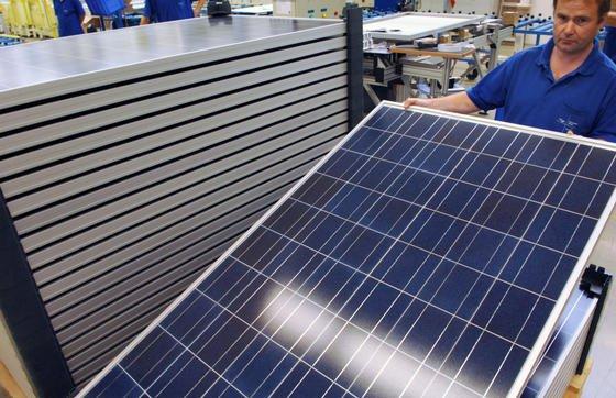 Der Zubau an Photovoltaikanlagen ist in Deutschland deutlich zurückgegangen. Solon konzentriert sich deshalb auf Wachstumsmärkte in Asien und Afrika. 230 Mitarbeiter verlieren durch die Schließung der Berliner Firmenzentrale ihre Jobs.