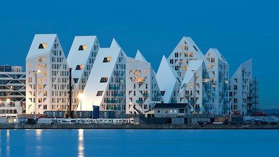 Mit einem Budget von 40 Millionen Euro entstand der Isbjerget. Insgesamt gibt es in der arktisch anmutenden Wohnanlage 208ein- bis zweistöckige Wohnungen in der Größe zwischen 55 und 227 Quadratmetern.