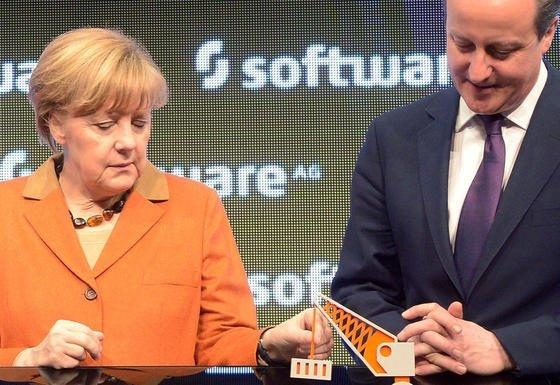 Bundeskanzlerin Angela Merkel und der britische Premierminister David Cameron am Stand der deutschen Software AG: Das Unternehmen bietet Software zur Verarbeitung und Sicherung von Big Data an.