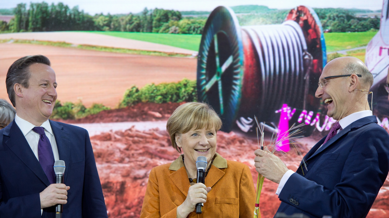 Bundeskanzlerin Angela Merkel und der britische Premierminister David Cameron (l.) hatten gut lachen, als ihnen der Vorstandsvorsitzende der Deutschen Telekom, Timotheus Höttges (r.), bei der Eröffnung der Messe am Sonntagabend Glasfaserkabel entgegenhält. Der Datenschutz und die Rolle des britischen Geheimdienstes in der NSA-Affäre waren bei der Eröffnung der weltgrößten IT-Messe kein Thema, obwohl das diesjährige Motto Datability lautet – verantwortungsvoller Umgang mit Daten.