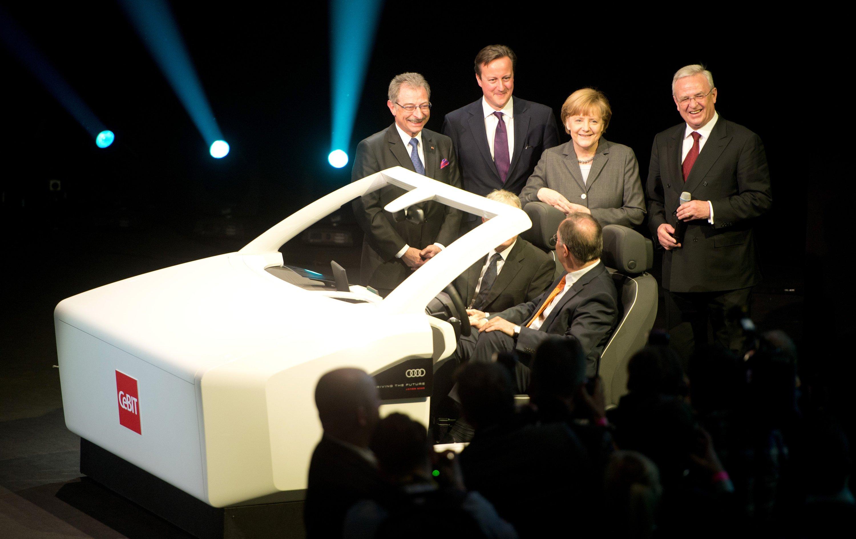 VW-Chef Martin Winterkorn (rechts) betonte in seiner Eröffnungsrede zur CeBIT 2014 die besonders Rolle des Datenschutzes und forderte eine Allianz der Autobauer, um die sensiblen Daten von Autofahrern zu schützen. Mit im Bild (v.l.n.r.): der Präsident des Branchenverbandes Bitkom Dieter Kempf, der britische Premierminister David Cameron und Bundeskanzlerin Angela Merkel.