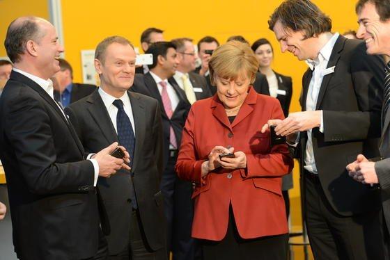 Bundeskanzlerin Angela Merkel auf der CeBIT 2013 am Stand von Secusmart: Das Düsseldorfer Unternehmen präsentiert in diesem Jahr auf der IT-Messe eine App, mit der sich Telefonate verschlüsseln lassen. Ziel ist ein abhörsicheres Kanzler-Handy für alle.