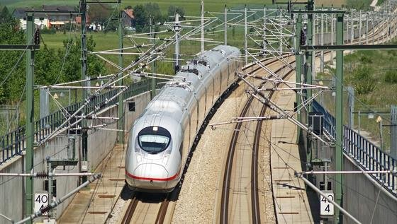 Um Schienen auf ihre Langzeitbelastbarkeit zu testen, setzt die Bahn erstmals auf ein weltweit einmaliges Großgerät der Universität Hannover.