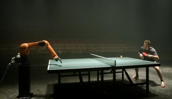 Im Video reagiert der Roboterarm ausgesprochen schnell und filigran auf Timo Bolls Bälle. Im Video gewinnt Boll nur knapp.
