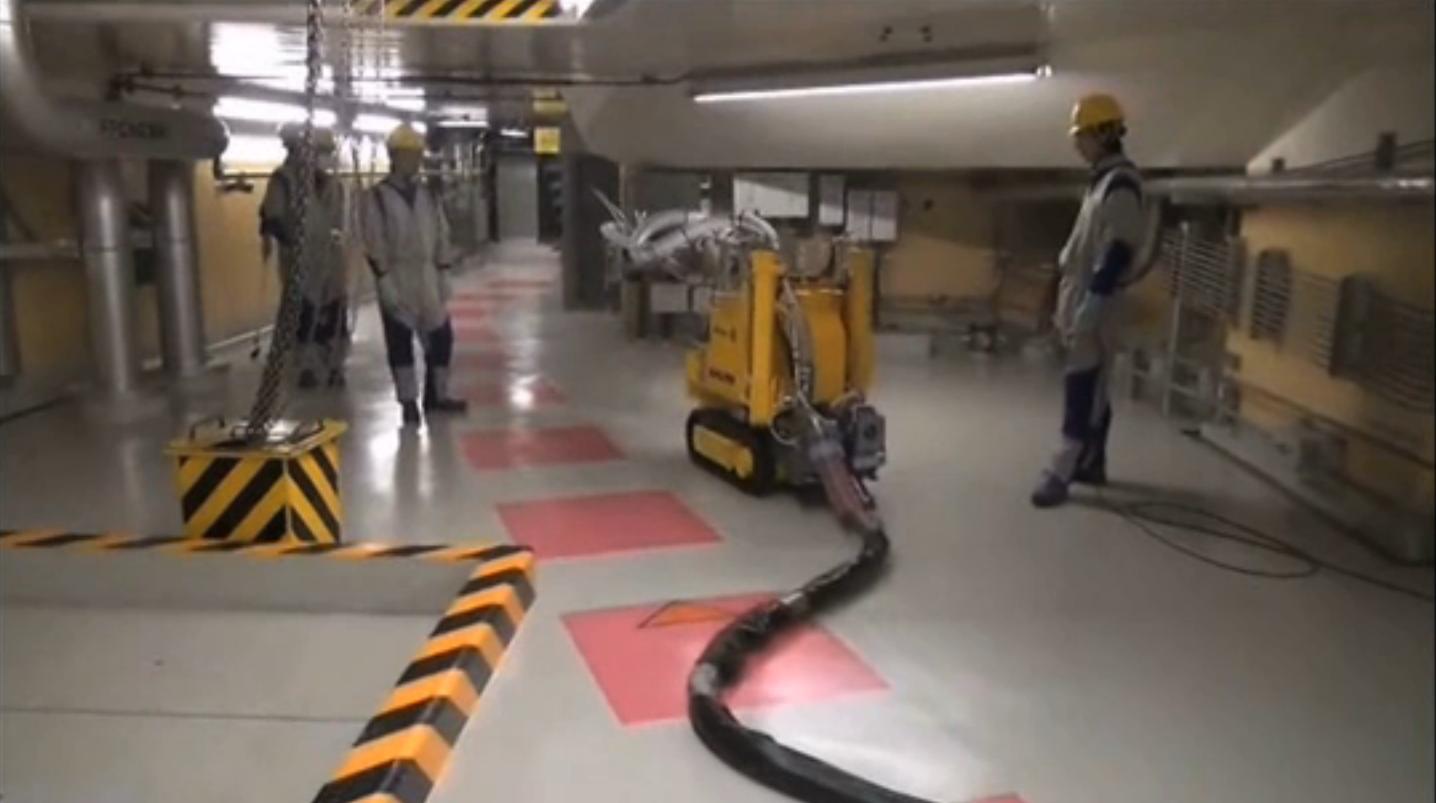 Der AKW-Betreiber testet einen Roboter von Hitachi-GE. Deutlich zu sehen ist das Glasfaserkabel, über das der Roboter beim Einsatz im AKW gesteuert wird.