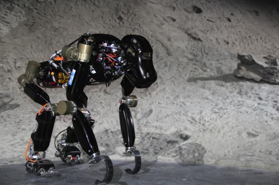 Charlie soll auf vier Beinen Mondkrater herabsteigen können. Er kann sich anschließend auch aufrichten und die vorderen Gliedmaße als Werkzeuge nutzen. Möglich machen das eine neuartige Wirbelsäule und Bewegungssensoren unter den Füßen.