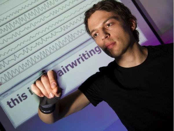 Der Handschuh des KIT ist mit Sensoren ausgestattet, die Bewegungen der Hand registrieren. Dank einer Mustererkennung könnten Nutzer der Datenbrillen Nachrichten zukünftig in die Luft schreiben.