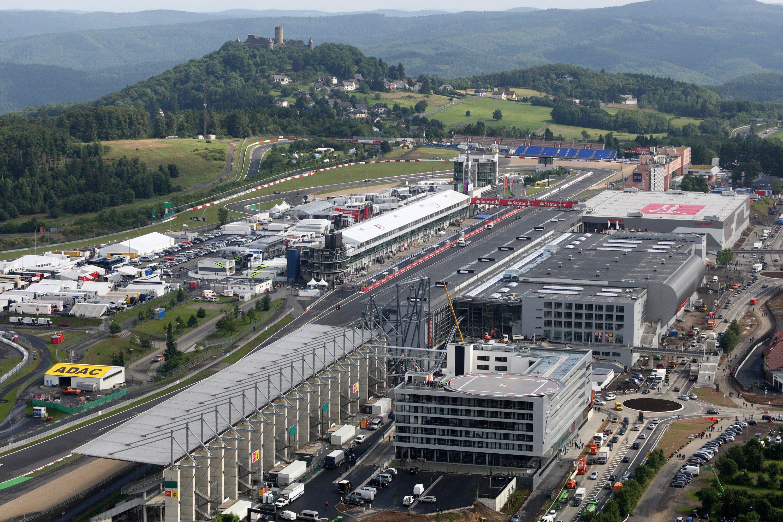 Der Nürburgring in der Eifel aus der Luft: Das Gastrodorf und die Achterbahn will der neue Inhaber Capricorn abreißen und sich künftig auf den Motorsport konzentrieren. Außerdem soll ein Technologiezentrum am Ring entstehen. Mit Forschungsinstituten ist Capricorn im Gespräch.
