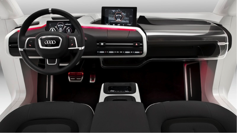 Im Audi der Zukunft kann der Fahrer per Knopfdruck auf autonomes Fahren umschalten. Der Wagen beginnt automatisch mit der Transformation, das Lenkrad fährt ein, Monitore klappen um. Das Infotainmentsystem über der Mittelkonsole lässt sich mit Fingerbewegungen in der Luft steuern. (Bildquelle: VW)