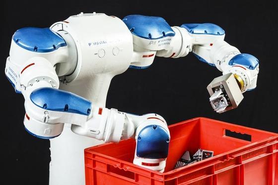 Kopflos, aber mit System geht der zweiarmige von Fraunhofer Forschern entwickelte Roboter beim Griff in die Kiste vor. Die Maschine arbeitet schnell und präzise.