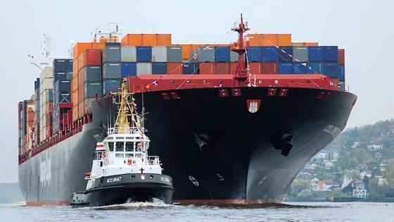Ein Containerschiff von Hapag Lloyd fährt auf der Elbe Richtung Nordsee. Wissenschaftler konnten nun beweisen, dass bis zu 30 Prozent der Schwefel- und Stickoxidkonzentration in der Nordseeluft auf die Schifffahrt zurückzuführen sind. Um das Problem einzudämmen, seien strenge Regulierungen notwendig.
