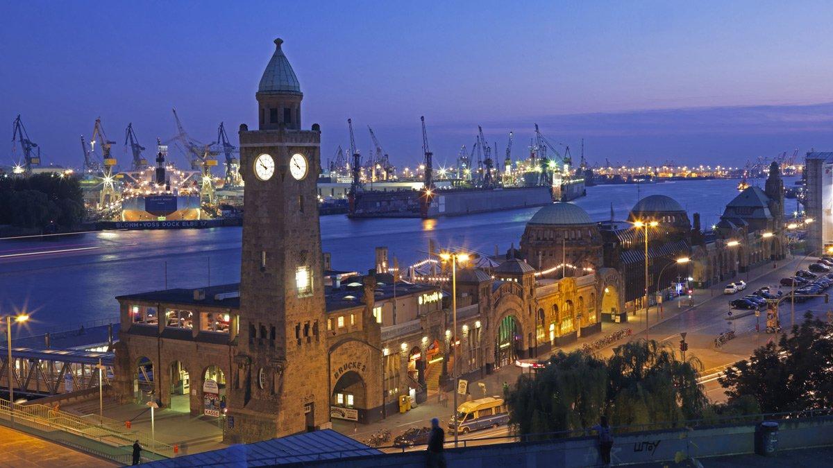 Blick über die Landungsbrücken auf Elbe und Hamburger Hafen: Der Hafen liegt mitten in der Stadt. Schiffsabgase aus der Verbrennung von Schweröl belasten deshalb die gesamte Innenstadt, Touristen und Bewohner.