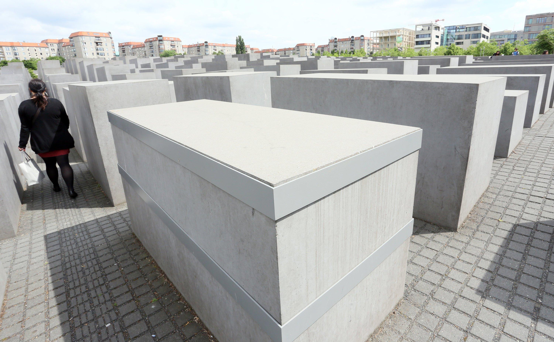 Der Zustand vieler Betonstelen des Holocaust-Mahnmals in Berlin ist so schlimm, dass sie von Stahlbändern zusammengehalten werden.