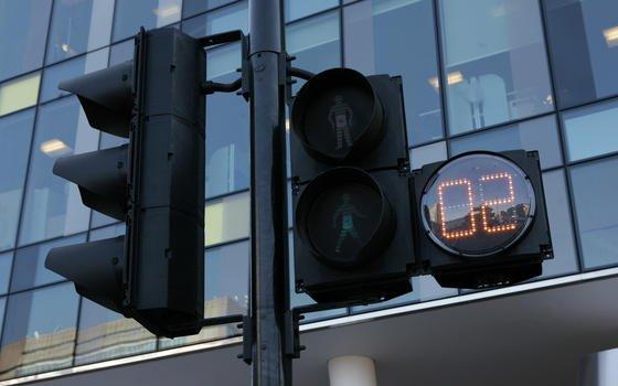 London beginnt im Sommer mit Tests so genannter intelligenter Fußgängerampeln. Videokameras beobachten wieviele Fußgänger an einem Überweg auf die Grünphase der Ampel warten. Je mehr Menschen warten, desto länger wird dann die Grünphase ausfallen, um allen Wartenden eine sichere Überquerung der Straße zu ermöglichen