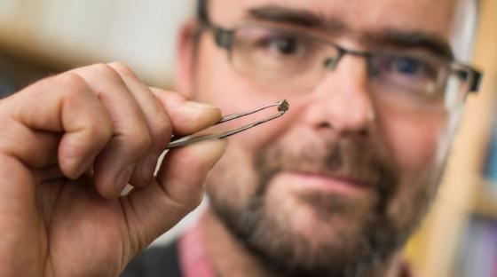 Geologe Graham Pearson zeigt den winzigen Diamanten. Er ist vom Mineral Ringwoodit umgeben, das Wasser aus dem tiefsten Erdinneren gebunden hat.