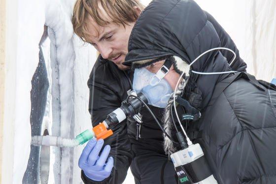 Die Dichte des Schnees in einer Lawine ist entscheidend dafür, wie lange ein Verschütteter Atemluft zur Verfügung hat. In einem Test haben Forscher aus Südtirol in verschiedenen Lawinen Atomhöhlen gebohrt. Die dort vorhandene Atemluft haben Testpersonen unter Kontrolle eines Arztes eingeatmet. Ergebnis: Bei lockerem Schnee können Verschüttete bis zu einer halben Stunde überleben.