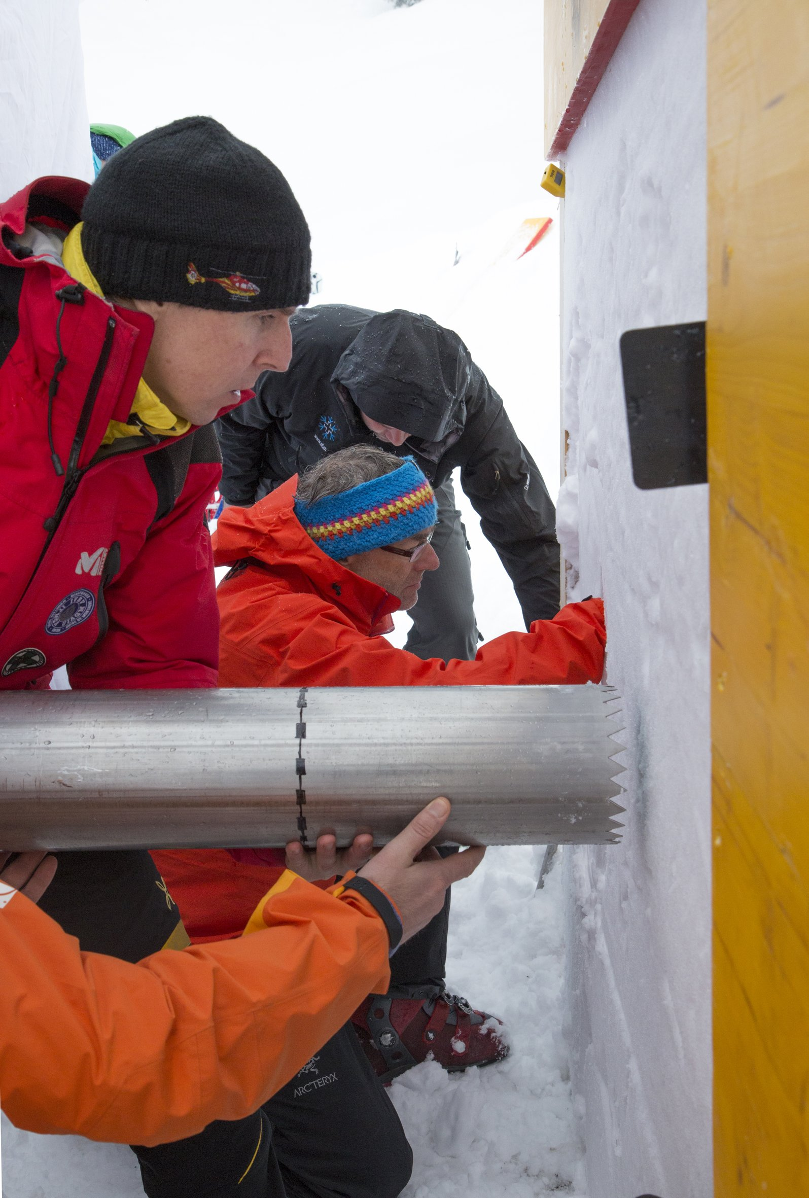 Bohren einer Atemhöhle im Schnee: Je nach Beschaffenheit des Schnees kann noch Sauerstoff in die Atemhöhle eindringen.