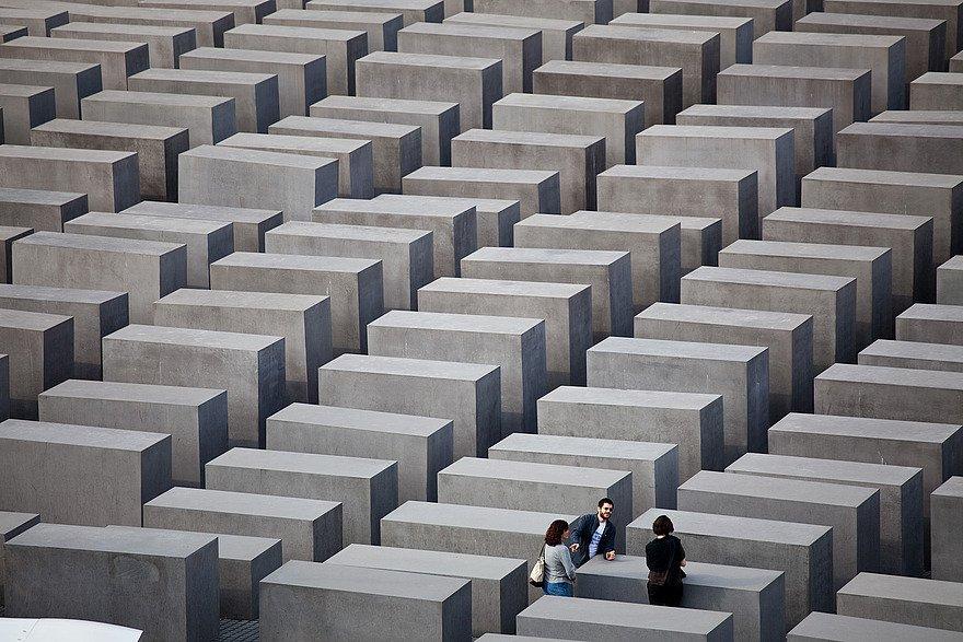 Besucher im noch unbeschädigtenHolocaust-Mahnmal in Berlin.