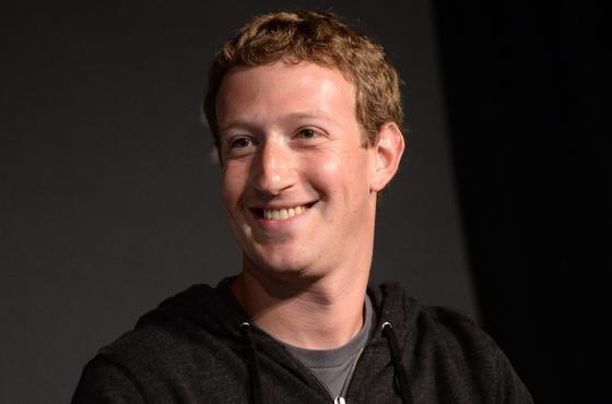 Barack Obama und Mark Zuckerberg kennen sich seit Jahren. Jetzt hat der Facebook-Gründer kurzerhand im Weißen Haus angerufen und sich persönlich über die Methoden der NSA beschwert. Auf die neuesten Enthüllungsberichte hat die Regierung bislang nicht reagiert.
