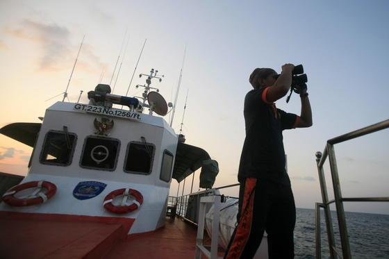 Suche nach der vermissten Boeing der Malaysian Airline: Bislang wurden keine Spuren der Maschine gefunden. Am Wochenende soll die Suche auf den Indischen Ozean ausgeweitet werden.