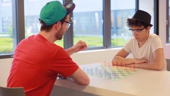 Mit der Thermal Touch und AR-Brillen kann man künftig auch mit virtuellen Schachfiguren spielen. Für Außenstehende mag das wie Zauberei aussehen.