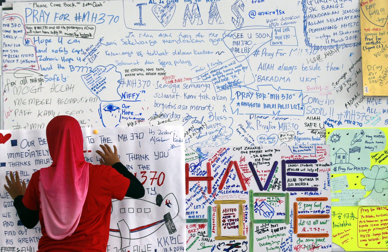 Erinnerungstafel auf dem Flughafen von Kuala Lumpur an die vermissten Passagiere des Fluges MH370: Offenbar ist die Maschine nach ihrem Verschwinden von den Radarschirmen noch fünf Stunden weitergeflogen.