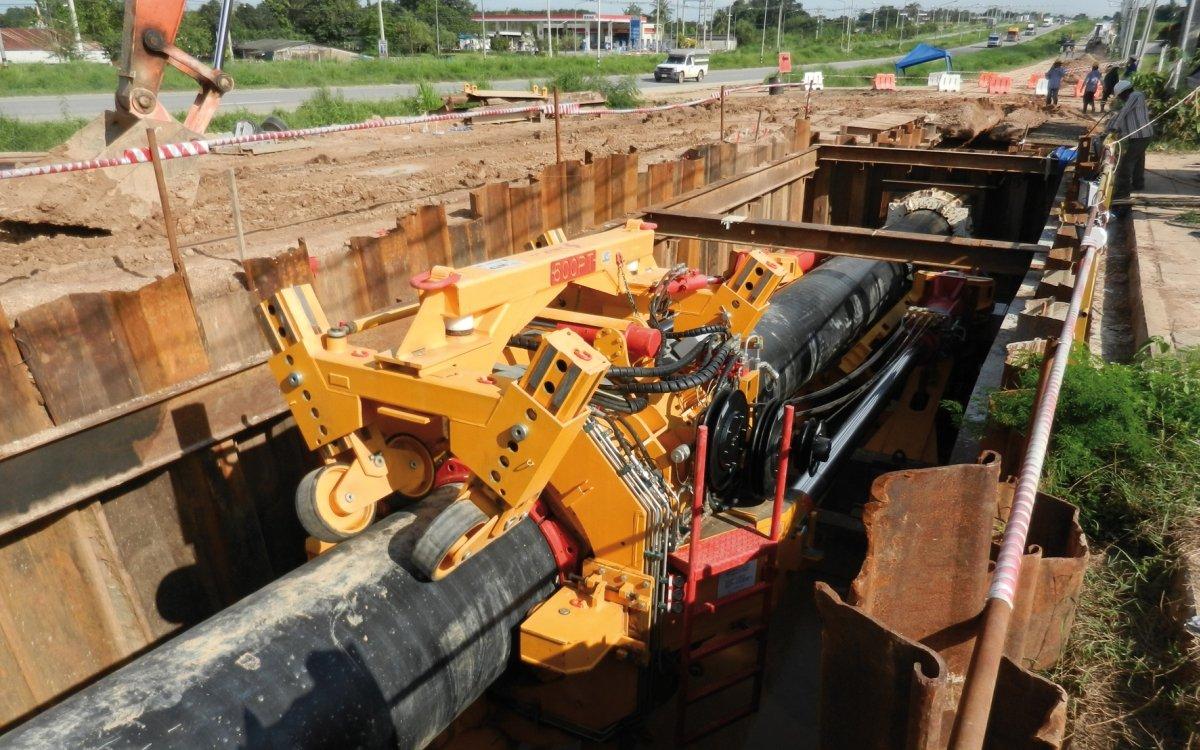 Mit bis zu 750 Tonnen Schubkraft verlegt der sogenannte Pipe Thruster in Fünf-Meter-Hüben die Pipeline in das horizontal erzeugte Bohrloch.