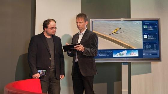 Prof. Dr.-Ing. Uwe Kulisch (re.) und Projektmitarbeiter René Welz forschen zu neuen Verfahren und Anwendungen für Hybrid TV.
