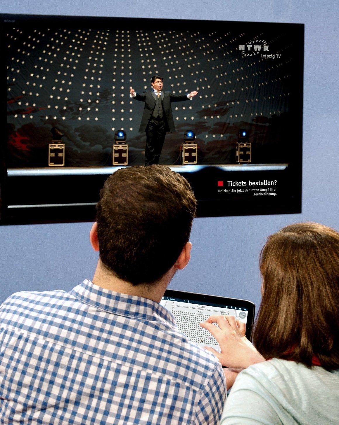 Hybrid TV bietet völlig neue Möglichkeiten für Interaktion und neuen Content. Wissenschaftler der HTWK Leipzig haben ein Verfahren entwickelt, mit dem Fernseh- und Internetinhalte erstmals völlig synchron empfangen werden können.