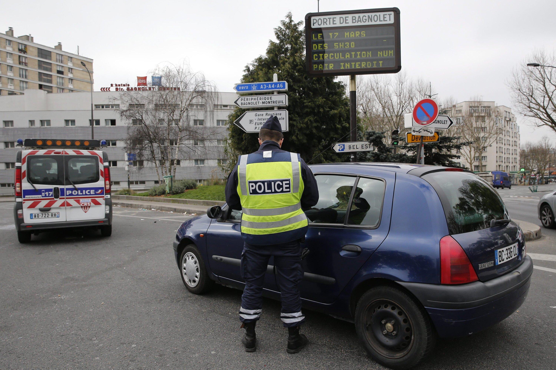 Fahrzeugkontrolle an der Porte Bagnolet in Paris: Nur noch halb so viele Autos und Motorräder wie üblich dürfen in die französische Hauptstadt hineinfahren, die seit Tagen unter Smog leidet. Das Einfahrverbot wird von 750 Polizisten kontrolliert.
