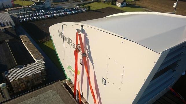 Ein Prototyp der Windrail-Anlage wurde inzwischen auf dem Dach eines Getreidesilos in der Schweiz installiert.