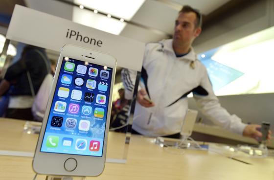 iPhone 5S im New Yorker Apple-Store: Im Sommer oder Herbst soll die nächste Generation des Kulthandys auf den Markt kommen. das iPhone 6 soll extrem dünn sein und ein HD-Display haben.