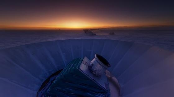 Das Teleskop Bicep 2 in der Antarktis. Der US-amerikanische Wissenschaftler Clem Pryke wollte eigentlich nur gewöhnliche kosmische Hintergrundstrahlung messen. Doch er stieß auf das Echo des Big Bang.