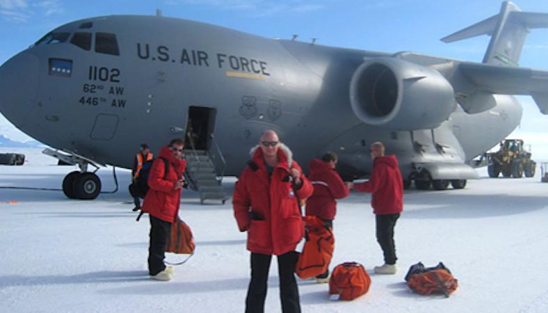 Clem Pryke und sein Team auf dem Weg in die Antarktis. Wenn er es schafft, die Messergebnisse gewinnbringen weiterzuverwerten, ist er mit seinem Sensationsfund heißer Anwärter auf den nächsten Nobelpreis.
