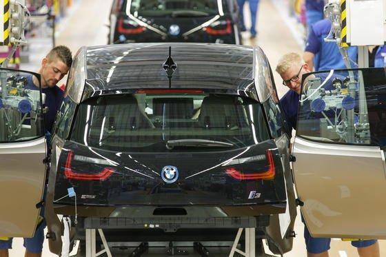 Produktion des Elektroautos i3 bei BMW in Leipzig: 95 Prozent der Fahrer eines Elektroautos in Deutschland sind mit ihrem Fahrzeug genauso zufrieden wie zuvor mit einem konventionellen Auto.