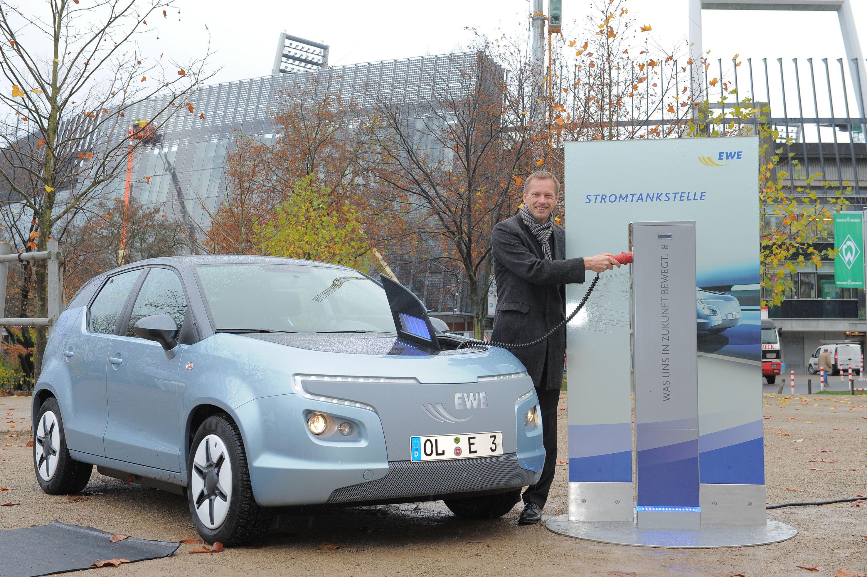 Dr. Jörg Hermsmeier, Leiter Forschung und Entwicklung beim Energieversorger EWE, beim Stromtanken: Fahrer von Elektroautos fahren täglich im Schnitt 43 Kilometer, ergab eine repräsentative Umfrage.