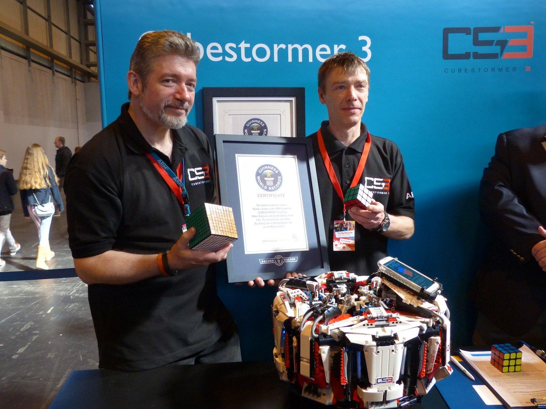 """Weltrekordhalter: David Gilday und Mike Dobson stellten auf der Messe """"The Big Bang"""" ihren """"Cubestormer 3"""" vor. In sensationellen 3,253 Sekunden löst der Roboter aus programmierbaren Legosteinen den Zauberwürfel."""