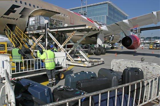 Kofferbeladung auf dem Frankfurter Flughafen im Handbetrieb: Siemens hat jetzt ein automatisiertes System entwickelt, das schneller und zuverlässiger funktionieren soll.