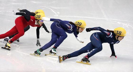 Short Track in Sotschi: Tausendstel Sekunden trennen manchmal Sieg und Niederlage im Eis-Rennsport. Da kann allein von den Schlittschuhen abhängen, wer Sieger oder Verlierer wird. Die neuesten, schnellsten Schlittschuhe sind aus hochfestem Aluminium gefertigt und von Mathematikern konstruiert.