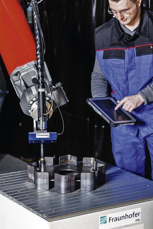 CoWeldRob heißt derkognitive und kollaborative Schweißroboterassistent, den Forscher des Fraunhofer Instituts IPA in Stuttgart und der Augsburger Roboterhersteller Kuka entwickelt haben..