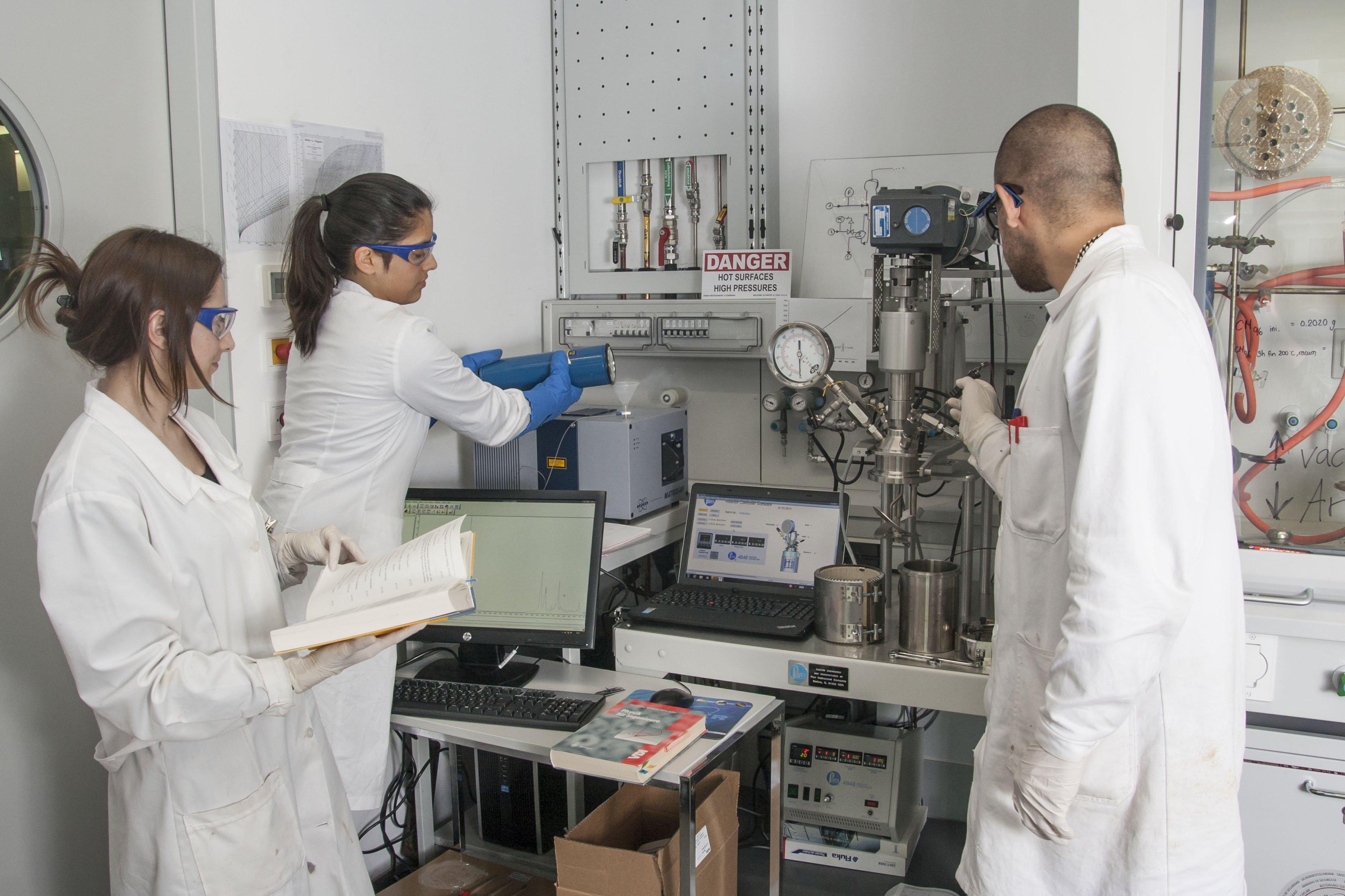 Mitarbeiter der Arbeitsgruppe von Prof. Unterlass bereiten einen Versuch mit Hochtemperatur-Infrarotsonde und Reaktor vor.