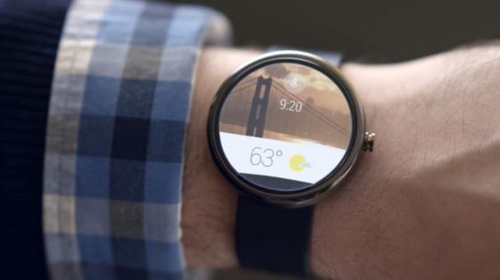 Die Smartwatch Moto 360 von Motorola lässt sich dank Android Wear mit Sprachbefehlen steuern. Der Träger kann Nachrichten diktieren und Informationen über seine Umgebung abfragen.