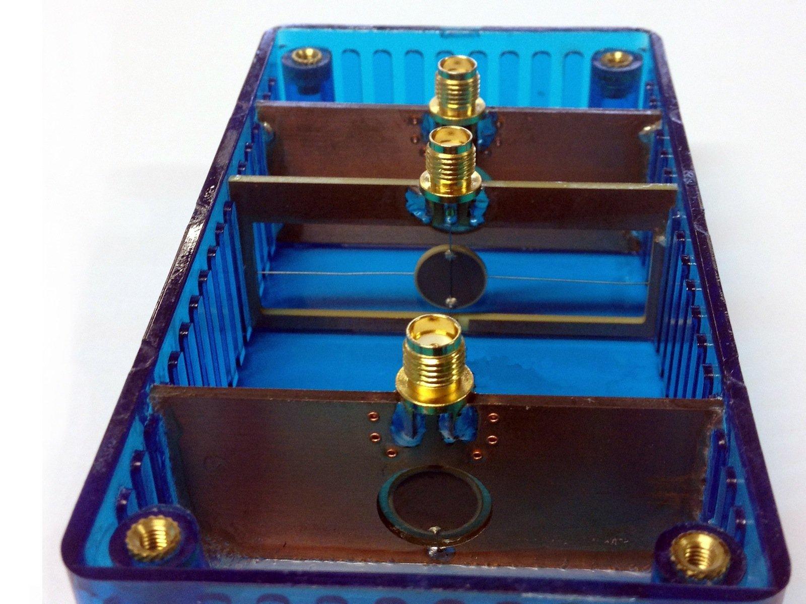 Ein Transmitter (Mitte) und zwei Receiver (oben und unten) messen die Druckwellenausbreitung in einer Flüssigkeitskammer und bestimmen so die Viskosität der Flüssigkeit.