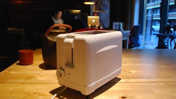 Der emotionale Toaster Brad:Darf er nicht genügend Brot rösten, klappert er zunächst hysterisch mit dem Schieber. Sollte das nicht helfen, sendet er eine Abholbitte an das Toasternetzwerk.