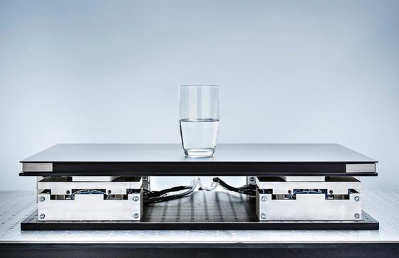 Kompakter Schwingungstisch des Fraunhofer Instituts Darmstadt: Der Tisch kann auch kleinste Schwingungen ausgleichen und ermöglicht damit sichere Aufnahmen mit dem Rasterelektronenmikroskop.