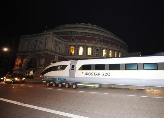 Der Hochgeschwindigkeitszug Velaro von Siemens im Londoner Hydepark: Siemens hat gute Chancen, den Zuschlag für die Lieferung neuer Züge für die geplante HS2-Bahn zwischen London und Nordengland zu bekommen.