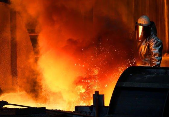 Ein Mitarbeiter von ThyssenKrupp zieht in Duisburg am Hochofen im Stahlwerk eine Probe. Zukünftig könnte bei der Qualitätssicherung auch die Maschine des Saarbrücker Studenten zum Einsatz kommen.